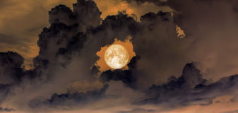 ciel, lune superbe de sang dans le trou du ciel d'obscurité de nuage de beignet Photo libre de droits