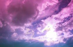Ciel mauve-clair nuageux merveilleux Photos libres de droits