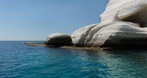 Ciel, mer et roche blanche Image stock