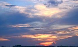 Ciel merveilleux de coucher du soleil à la soirée dans différentes couleurs photos stock