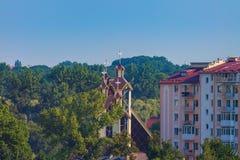 Ciel moderne d'arbres d'église de bâtiments Image libre de droits