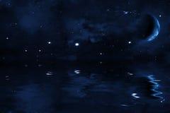 Ciel nocturne étoilé avec la lune arrêtée au-dessus de la mer, des étoiles lumineuses et de la nébuleuse bleue Photo libre de droits