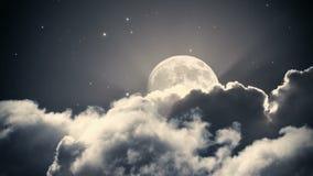 Ciel nocturne étoilé avec les nuages et la pleine lune banque de vidéos