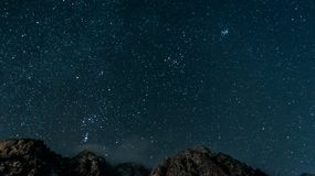 Ciel nocturne au-dessus d'une arête de montagne Images stock