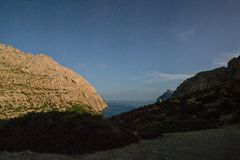 Ciel nocturne au-dessus de la tente blanche en montagnes de Majorque image stock