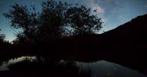 Ciel nocturne au-dessus de dessus de montagne banque de vidéos