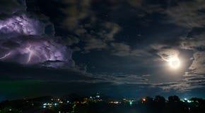 Ciel nocturne avec l'orage, la lune et les étoiles Photos stock