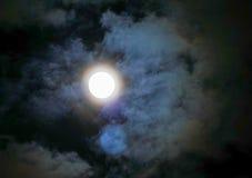 Ciel nocturne avec la lune et le nuage coloré Images stock