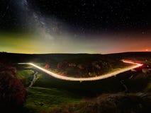 Ciel nocturne avec la manière laiteuse et étoiles, route de nuit illuminée photo stock