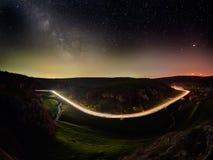 Ciel nocturne avec la manière laiteuse et étoiles, route de nuit illuminée photographie stock libre de droits