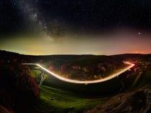 Ciel nocturne avec la manière laiteuse et étoiles, route de nuit illuminée photos stock