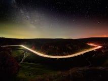 Ciel nocturne avec la manière laiteuse et les étoiles, route de nuit photo stock
