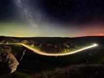 Ciel nocturne avec la manière laiteuse et les étoiles, route de nuit images stock