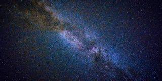 Ciel nocturne avec le sort d'étoiles brillantes, fond naturel de bannière de Web d'astro photos libres de droits