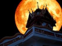 Ciel nocturne de lune de plein sang de temple bouddhiste Images stock
