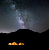 Ciel nocturne et étoiles au-dessus de camp Images libres de droits