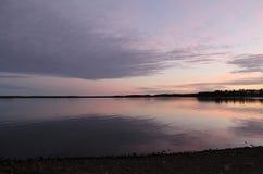 Ciel nocturne magique reflété dans l'eau Photographie stock