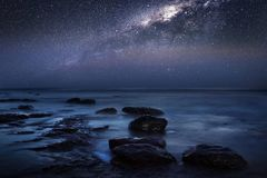 Ciel nocturne milkyway sur la plage Photos stock