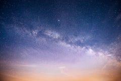 Ciel nocturne vibrant avec les étoiles et la nébuleuse et la galaxie Astrophoto profond de ciel images stock