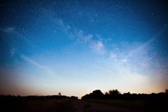 Ciel nocturne vibrant avec les étoiles et la nébuleuse et la galaxie Astrophoto profond de ciel image stock