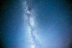 Ciel nocturne vibrant avec les étoiles et la nébuleuse et la galaxie Astrophoto profond de ciel images libres de droits