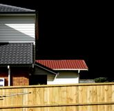 Ciel noir au-dessus des maisons de toit carrelé photo libre de droits