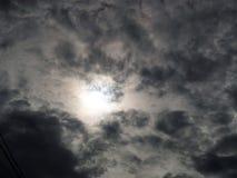 Ciel noir et le soleil Photographie stock libre de droits