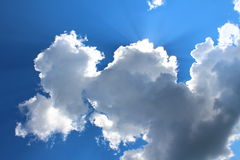 Ciel, nuages et rayons du soleil Photos libres de droits