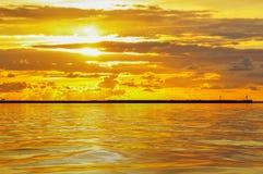 Ciel nuageux au coucher du soleil et aux réflexions dans l'eau photos libres de droits