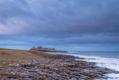 Ciel nuageux au-dessus de château de Dunstanbough images stock