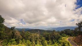 Ciel nuageux au-dessus de Forest Hills Road tropical au Vietnam Images libres de droits
