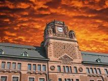 Ciel nuageux au-dessus de la construction de bureau de poste à Stockholm Photo stock