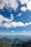 Ciel nuageux au-dessus des montagnes Image libre de droits