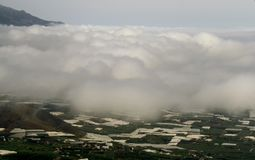 Ciel nuageux au-dessus des plantations de banane de la La Palma image libre de droits