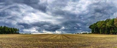 Ciel nuageux au-dessus des terres cultivables dans la province de Drenthe, NL photo stock