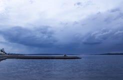 Ciel nuageux au-dessus du lac au coucher du soleil Photographie stock