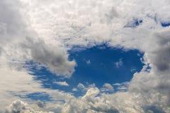 Ciel nuageux avec des cumulus Photo stock