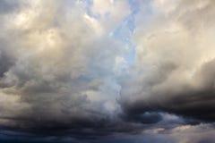 Ciel nuageux avec différents types des nuages et de couleurs photographie stock