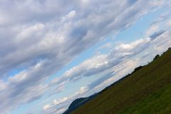 ciel nuageux avec l'horizon 45 degrés tordu Images stock