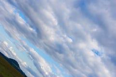ciel nuageux avec l'horizon 45 degrés tordu Images libres de droits