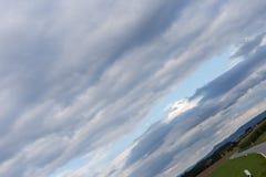 ciel nuageux avec l'horizon 45 degrés tordu Photo libre de droits