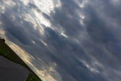 ciel nuageux avec l'horizon 45 degrés tordu Photographie stock libre de droits