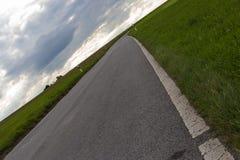 ciel nuageux avec la route et l'horizon 45 degrés tordu Photos stock