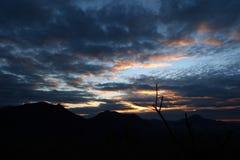 Ciel nuageux avec le lever de soleil Images stock