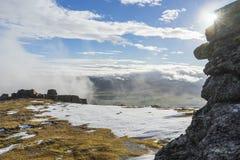 Ciel nuageux avec le soleil à partir d'un dessus de montagne Photographie stock libre de droits