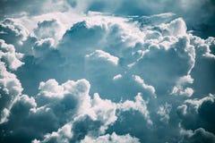 Ciel nuageux avec les nuages pelucheux en Sunny Day Before Storm photos libres de droits