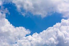 Ciel nuageux bleu Images stock