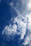 Ciel nuageux bleu Photographie stock