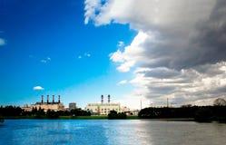Ciel nuageux bleu au-dessus de la mer Photo stock