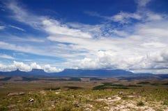 ciel nuageux bleu de paratepui dessous Image stock